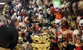 Maxi sequestro a Roma di abiti e maschere Carnevale