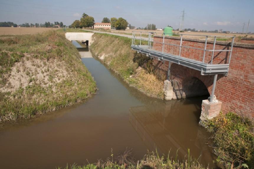 Sversamenti in un canale di Baricella